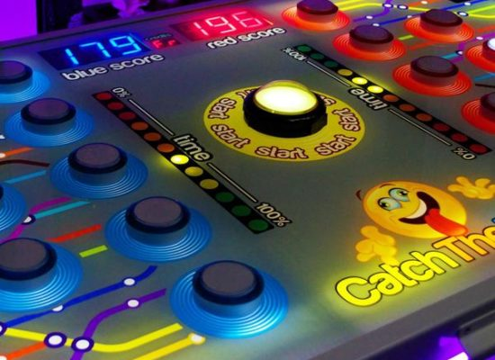 Catch The Light Head To Head Batak Game Showing The Illuminated Play Buttons And Scoreboard